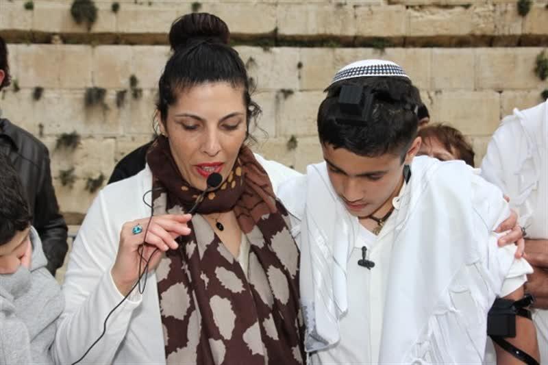 ברכות אימא בטקס בר מצווה בעזרת ישראל