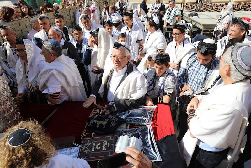 תמונות של כינור דוד בטקס עליה לתורה בכותל